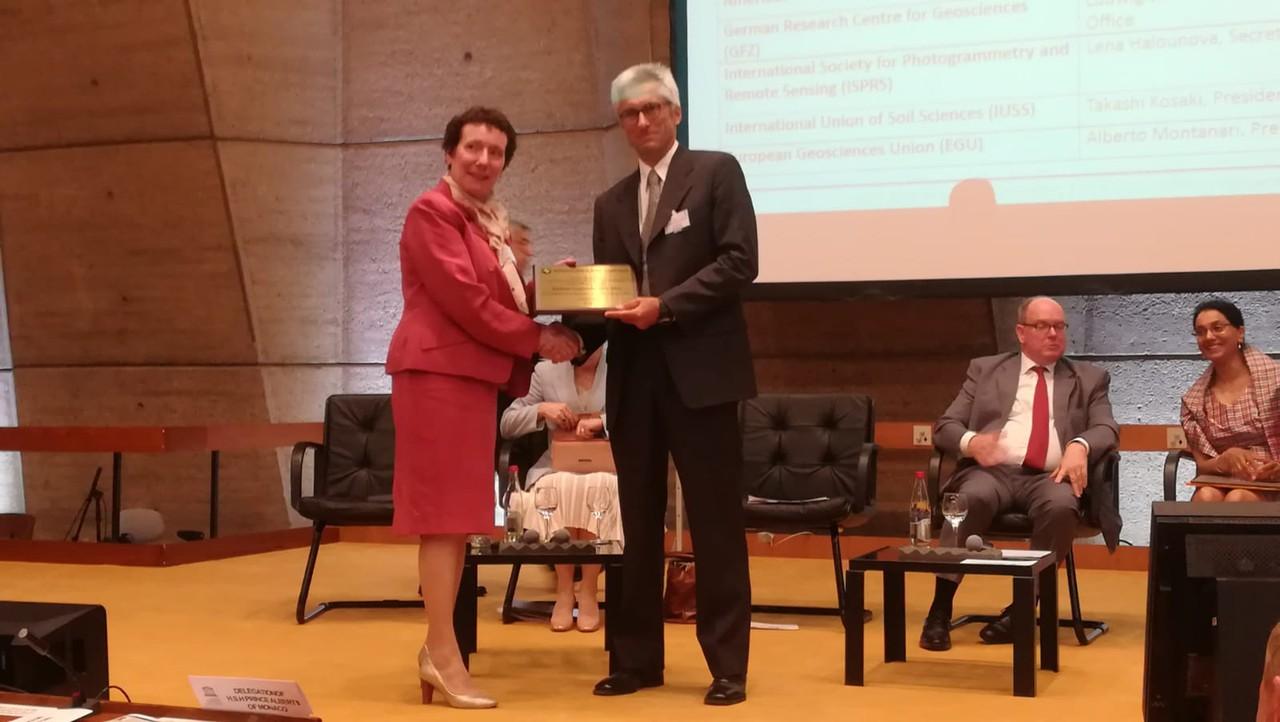 EGU President Alberto Montanari receives IUGG plaque on behalf of EGU