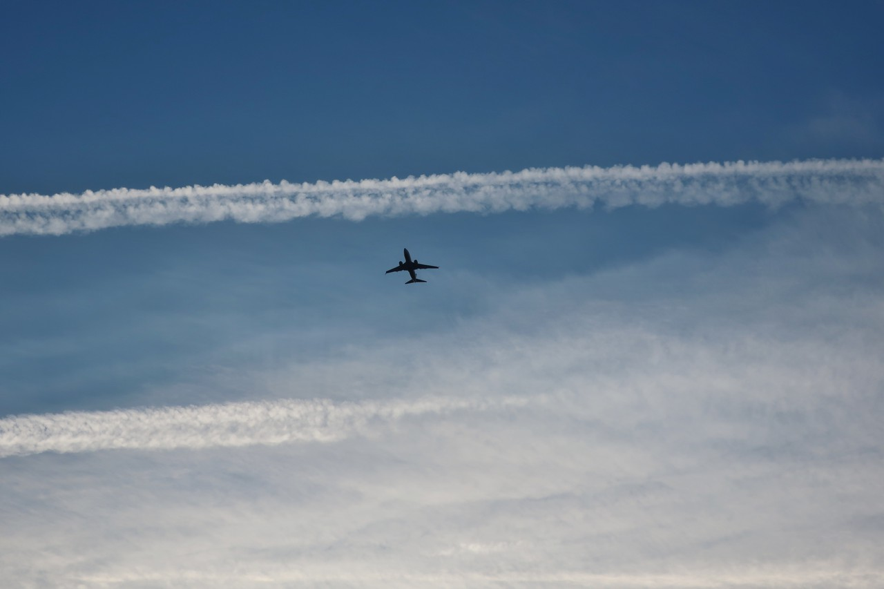 Airplane contrails (Credit: Plum Pine via Flickr)