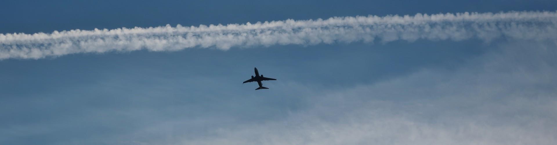 Airplane contrails (Credit: Plum Pine via Flickr)