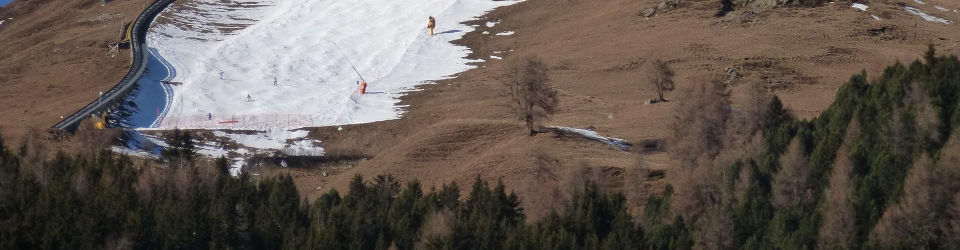 Ski slopes with little snow in Davos, December 2015 (Credit: Archiv SLF)